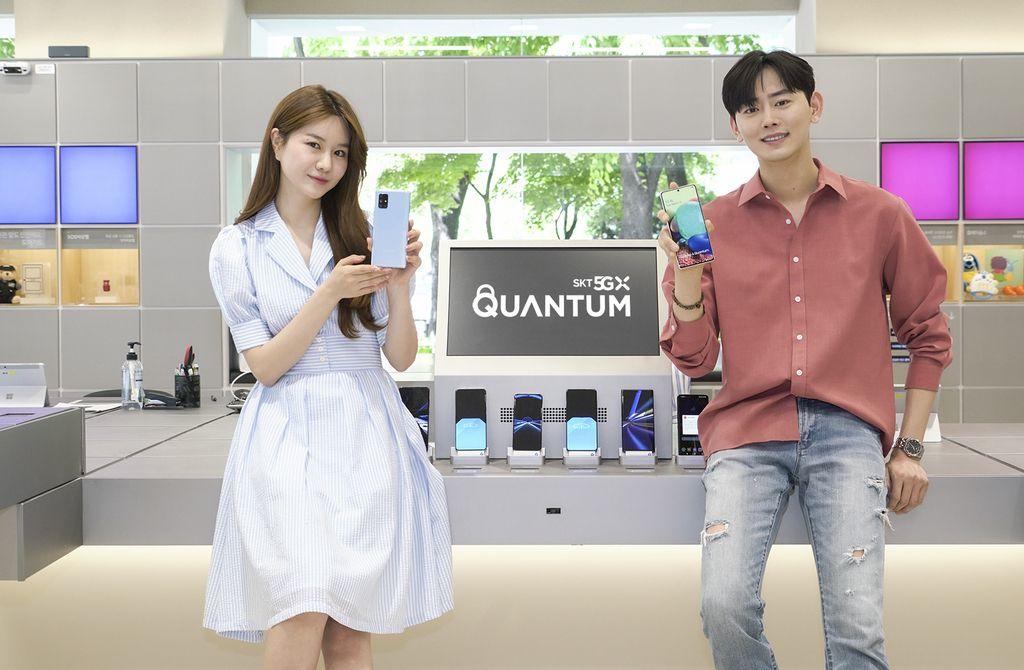Modelos promocionando el Samsung Galaxy A Quantum. Imagen de SK Telecom