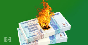 Billetes en efectivo quemándose