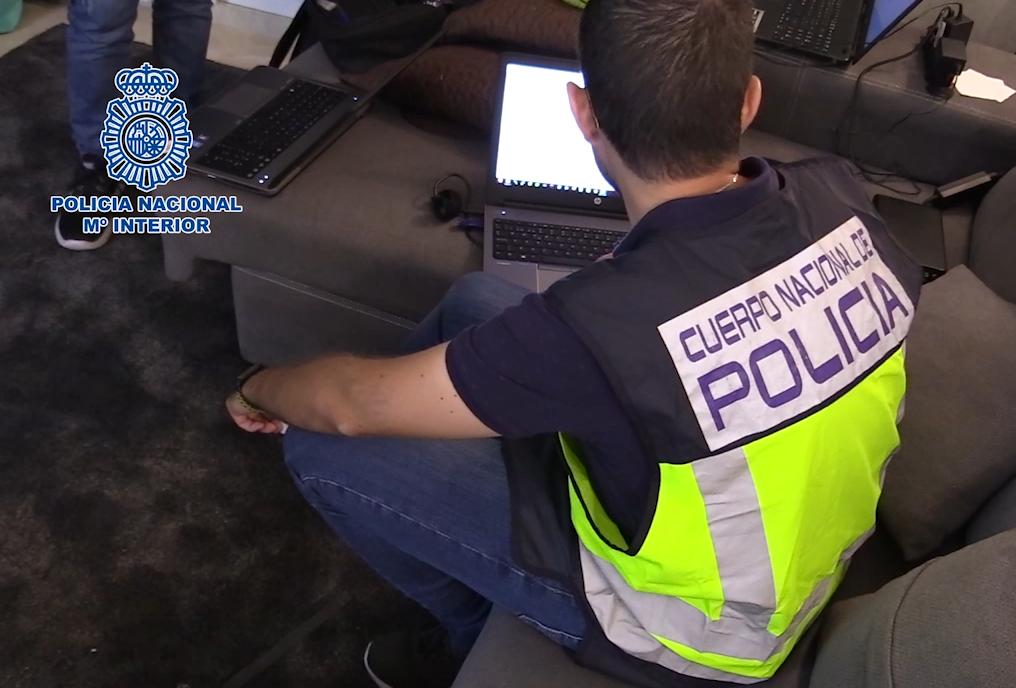 Policía nacional investigando los ordenadores incautados